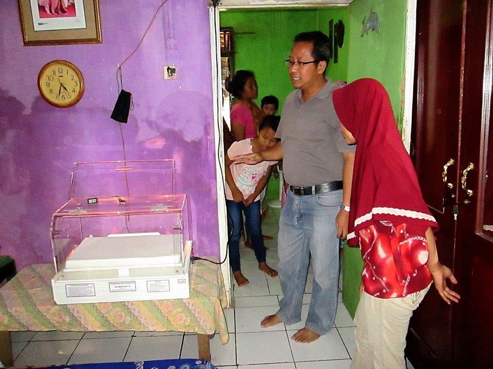 Bpk. Lugi, Suami Saya, Menjelaskan Penggunaan Inkubator